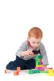det isolerade barnet för blockpojkebyggnad lurar tornet Royaltyfria Foton