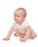 Det isolerade begynnande barnet behandla som ett barn lyckligt för för litet barnsammanträde eller krypning Royaltyfri Bild