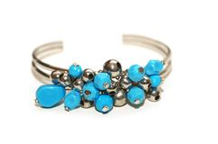 det isolerade blåa armbandet stenar white Royaltyfria Bilder