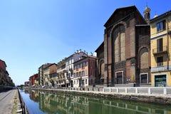 Det Italien - Lombardy - Milan - Naviglio området - Naviglio stor kanal och omgeende byggnader Royaltyfria Foton
