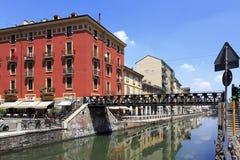 Det Italien - Lombardy - Milan - Naviglio området - Naviglio stor kanal och omgeende byggnader Arkivbild