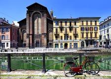 Det Italien - Lombardy - Milan - Naviglio området - Naviglio stor kanal och omgeende byggnader Royaltyfri Bild