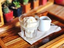Det italienska efterrättnamnet för med is kaffe är `-Affogato `, arkivbilder
