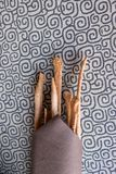 Det italienska hemmet gjorde grissini med servetten och bordduken arkivbild