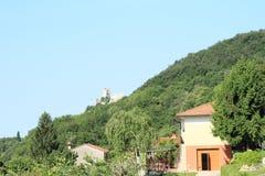 Det italienska huset med fördärvar av slott Royaltyfria Foton