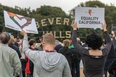 Det jämställdhetKalifornien tecknet och motstår hat royaltyfri fotografi