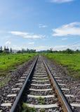 Det järnväg drevspåret leder till lust av målet royaltyfria foton