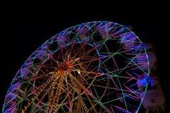 Det jätte- hjulet på nattmarknaden royaltyfri bild