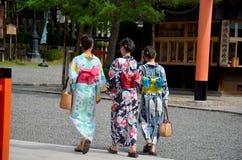 Det japanska folket bär traditionella japanska kläder Royaltyfri Fotografi