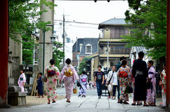 Det japanska folket bär traditionella japanska kläder Royaltyfri Foto