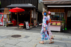 Det japanska folket bär traditionella japanska kläder Arkivfoton