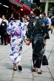 Det japanska folket bär traditionella japanska kläder (kimonot och Y Arkivbilder