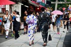Det japanska folket bär traditionella japanska kläder (kimonot och Y Royaltyfria Bilder