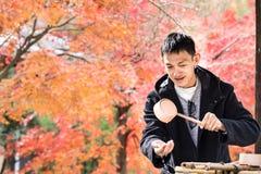 Det japanska folket gör ren deras händer och munnar förbi heligt vatten för Arkivbilder