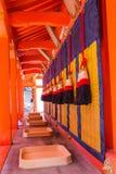 Det japanska klockabandet med tyg inom den Fushimi Inari relikskrin är den berömda Shintorelikskrin i Kyoto, Japan arkivbilder