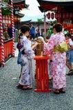 Det japanska kvinnafolket bär traditionella japanska kläder (kimono Royaltyfri Fotografi