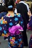 Det japanska kvinnafolket bär traditionella japanska kläder & x28; Kimono Royaltyfri Bild