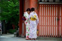 Det japanska kvinnafolket bär traditionella japanska kläder (kimono Arkivbild