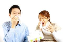 Det japanska paret lider från allergisk rhinitis  Arkivfoto