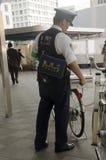 Det japanska polisfolkstoppet knackar cykeln, efter cykeln har cyklat Royaltyfri Foto