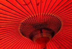 Det japanska röda paraplyet på staden parkerar Royaltyfria Bilder