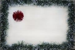 Det juldesign-jul kortet som sättas fransar på med, sörjer visare och röda ballonger med stället för text Royaltyfri Foto