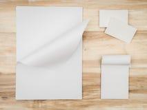 Det kända kortet och vitmallen skyler över brister på träbakgrund arkivbild