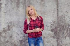 Det kaffetid för ` s! Kaffetidbegrepp Kvinna med att stråla leende arkivbild