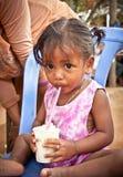Det kambodjanska folket bor bredvid Tonle underminerar sjön i Siem Reap, Cambodja Arkivbild