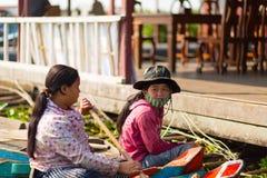 Det kambodjanska folket bor på Tonle underminerar sjön Royaltyfria Foton