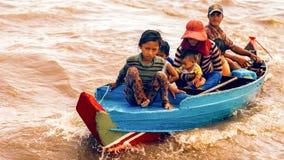 Det kambodjanska folket bor på Tonle underminerar sjön i Siem Reap, Cambodja Den kambodjanska familjen på ett fartyg nära fiskelä Royaltyfri Foto