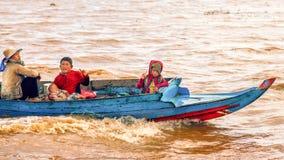 Det kambodjanska folket bor på Tonle underminerar sjön i Siem Reap, Cambodja Den kambodjanska familjen på ett fartyg nära fiskelä Royaltyfri Bild