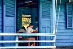 Det kambodjanska folket bor på Tonle underminerar sjön i Siem Reap, Cambodja Sväva scool på Tonlen underminera sjön Arkivfoto