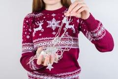 Det kantjusterade closeupfotoet av tilltrasslad vit jul stränger i händer arkivfoton