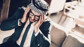 Det kantjusterade fotoet av araben har starka huvudvärker royaltyfri fotografi