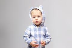 det kantjusterade studioskottet av behandla som ett barn pojken Royaltyfri Foto