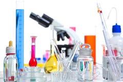 Det kemiska vetenskapliga laboratoriumet stoppar provrörflaskan Arkivfoton