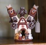 Det keramiska huset med statyetter i en souvenir shoppar av mexikan och N Royaltyfri Bild