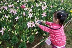 Det kinesiska barnet tar foto arkivbild