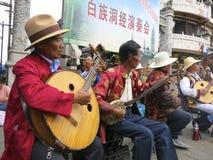 Det kinesiska etniska folket utför traditionell musik -- Bai-folket i Dali, Yunnan utför musik i en traditionell musikband. royaltyfria foton