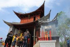 Det kinesiska folket erbjuder religiösa paper pengar Arkivfoton