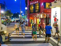 Det kinesiska folket går att äta i aftonen i chinatown i Singapore Arkivfoto
