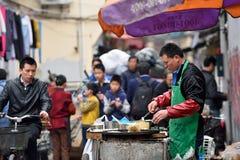 Det kinesiska folket handlar traditionell mat Royaltyfria Bilder