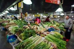 Det kinesiska folket handlar traditionell mat Arkivfoto
