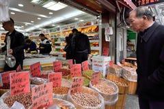 Det kinesiska folket handlar traditionell mat Arkivbild