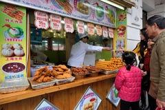 Det kinesiska folket handlar traditionell mat Royaltyfri Bild