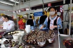 Det kinesiska folket handlar traditionell mat Royaltyfri Fotografi