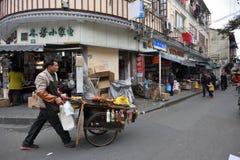 Det kinesiska folket handlar traditionell mat Arkivfoton