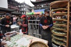 Det kinesiska folket handlar traditionell mat Arkivbilder