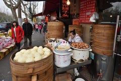 Det kinesiska folket handlar traditionell mat Fotografering för Bildbyråer